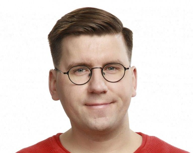 en man i glasögon och röd tröja