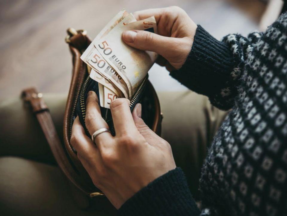 Kvinna räknar sedlar