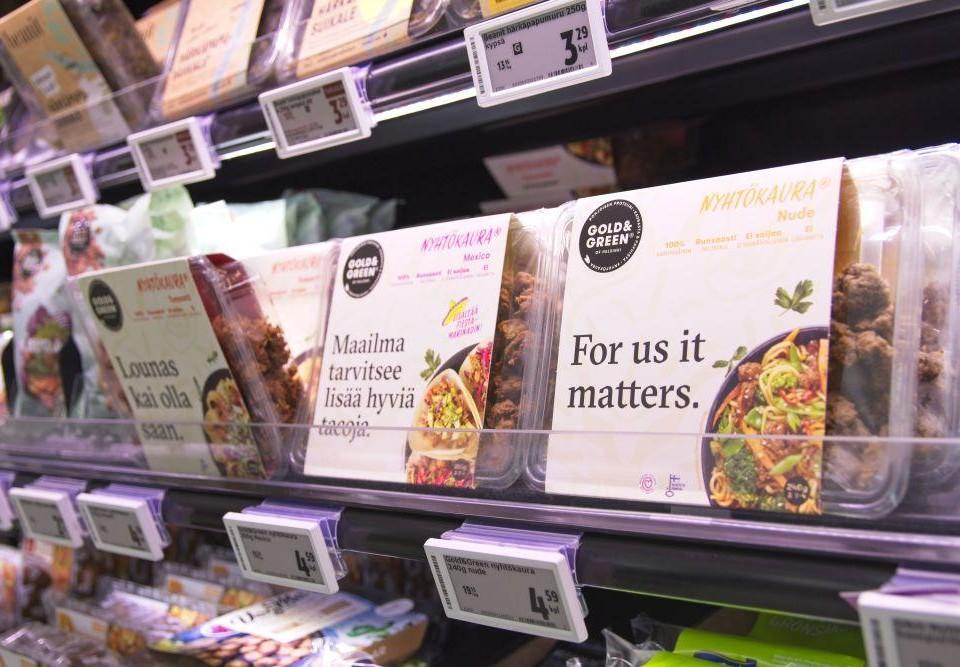 Livsmedelsprodukter på en hylla.