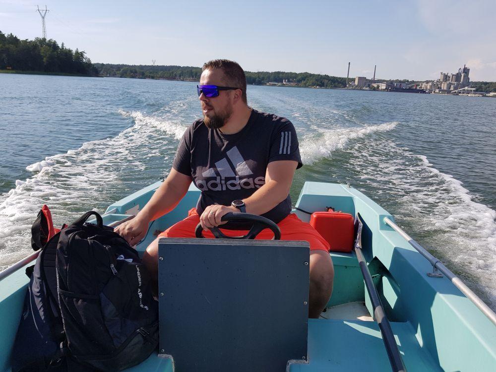 en man i motorbåt