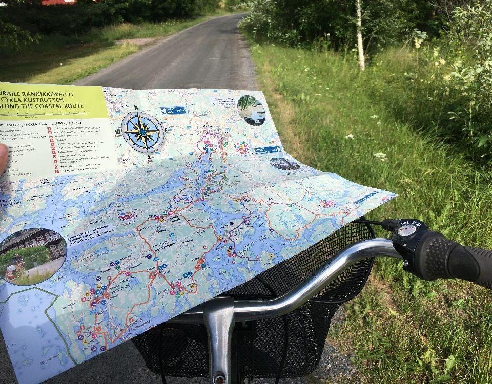 En karta uppslagen på ett cykelstyre