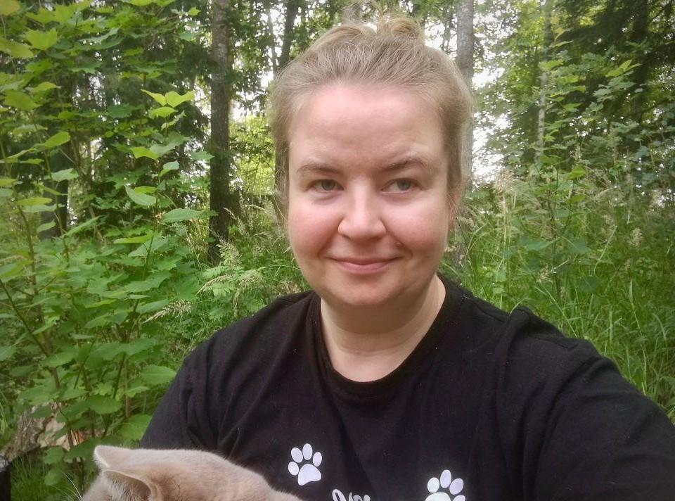 En kvinna ute i skogen.