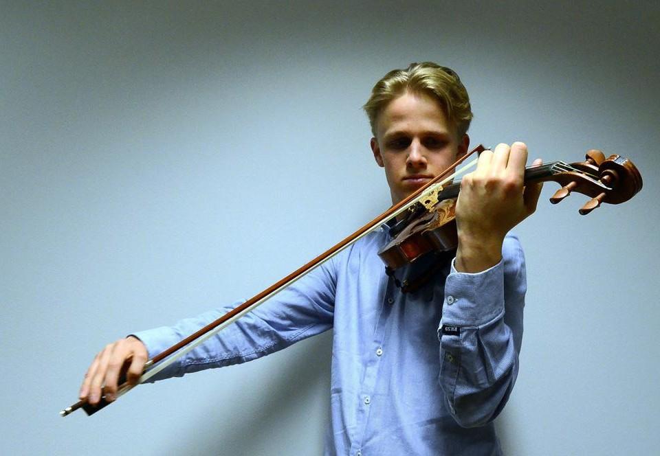Ung man spelar violin