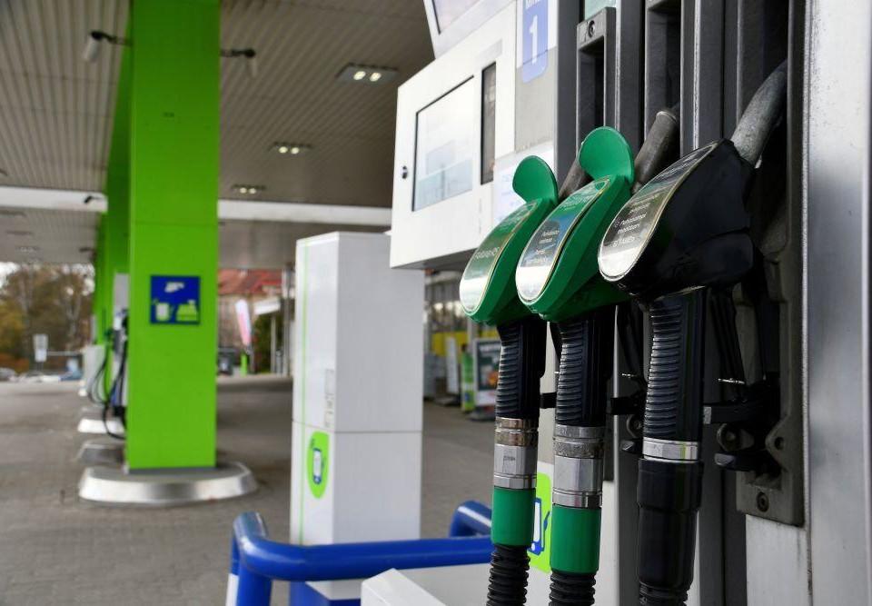 Bensin och dieselpumpar på en bensinstation.