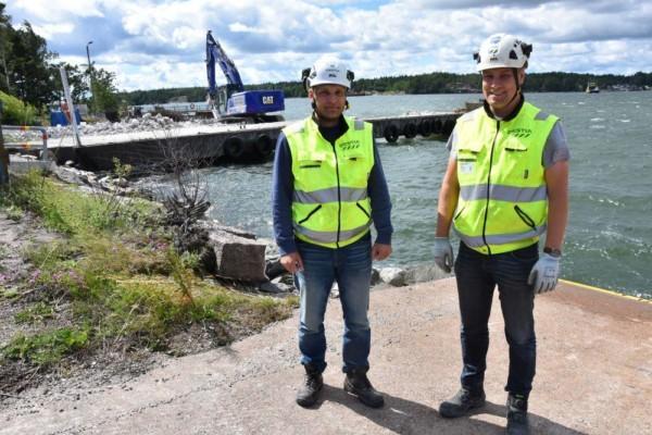 Två byggarbetsledare vid Pärnäs färjfäste.