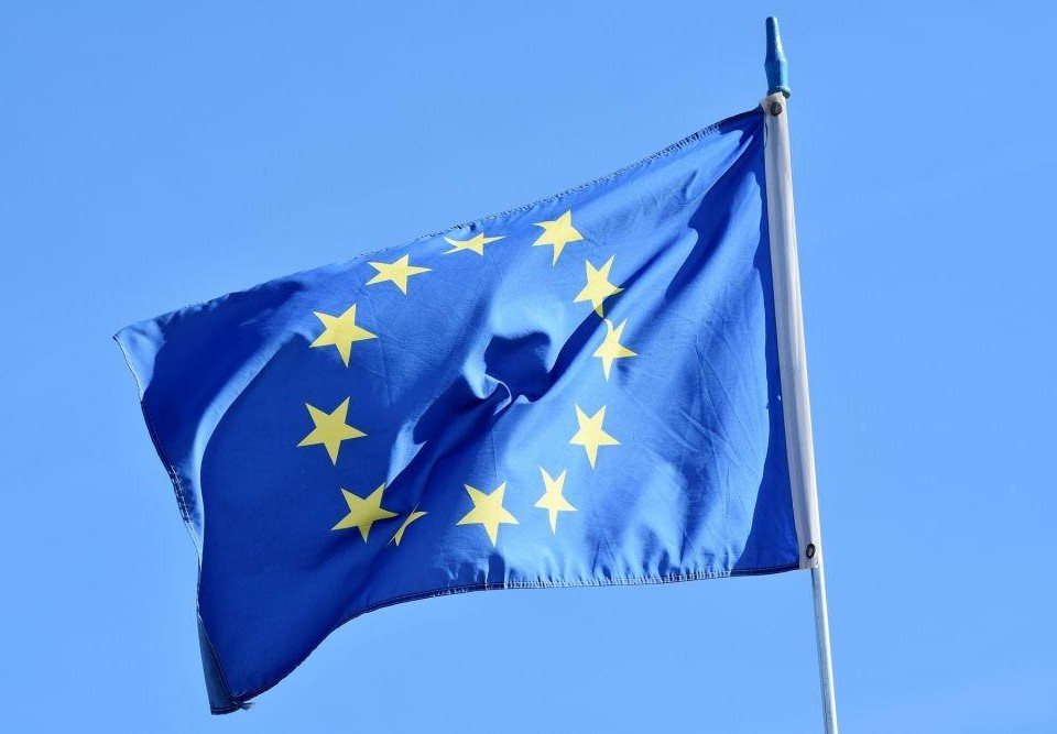 Europeiska Unionens flagga mot en blå himmel.