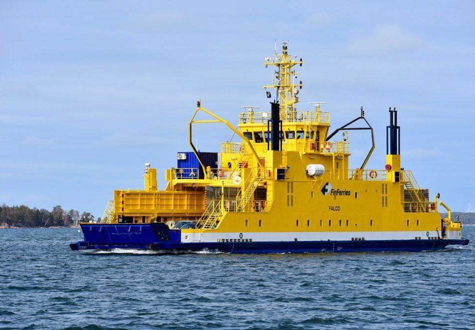 En gul färja på havet.