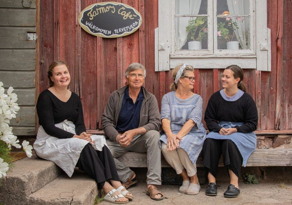 Familjen Enberg utanför caféet en sommardag.