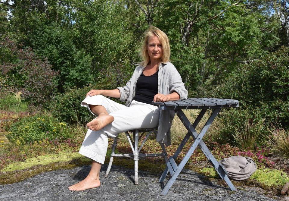 En kvinna sitter utomhus.