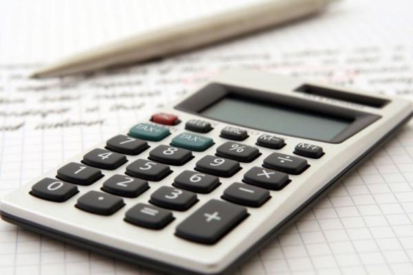 En miniräknare på ett rutpapper som man räknat på.