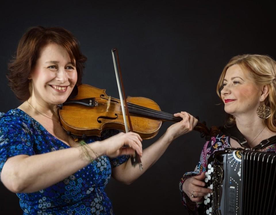 två damer, en med violin och en med dragspel