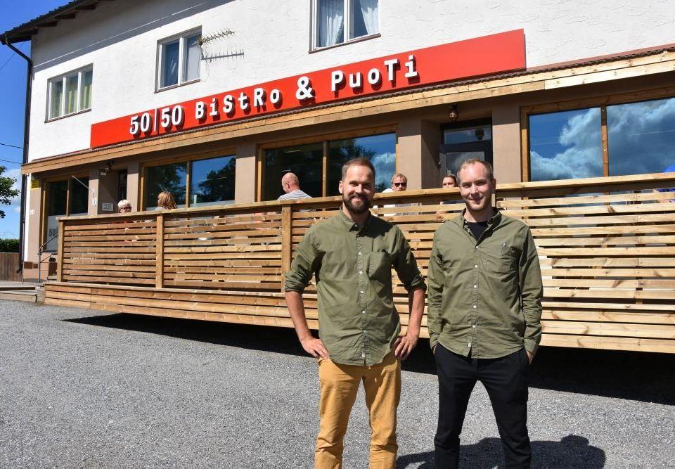 Två män utanför en restaurang.