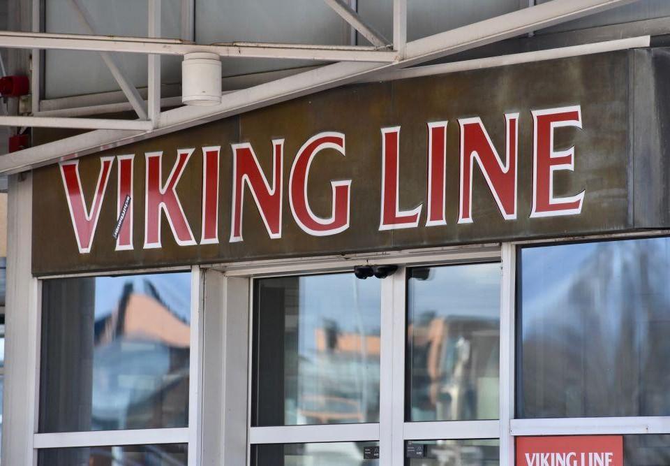 """Ingången till en byggnad med en skylt med texten """"Viking Line"""" ovanför."""
