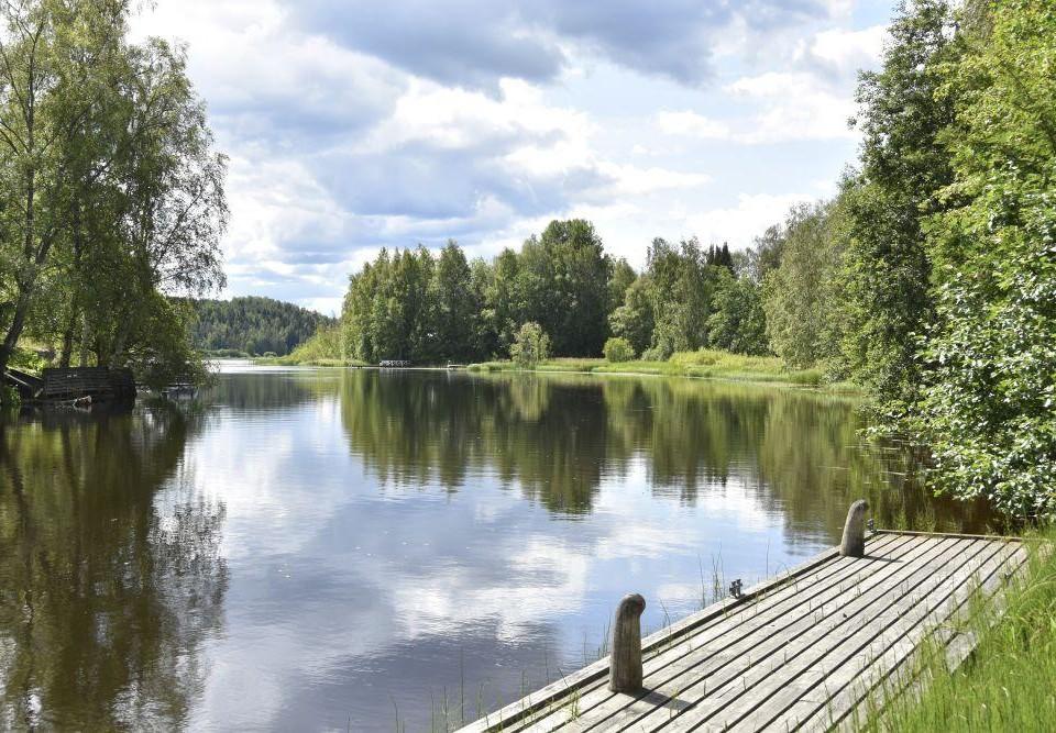 Brygga vid sjö en fin sommardag.