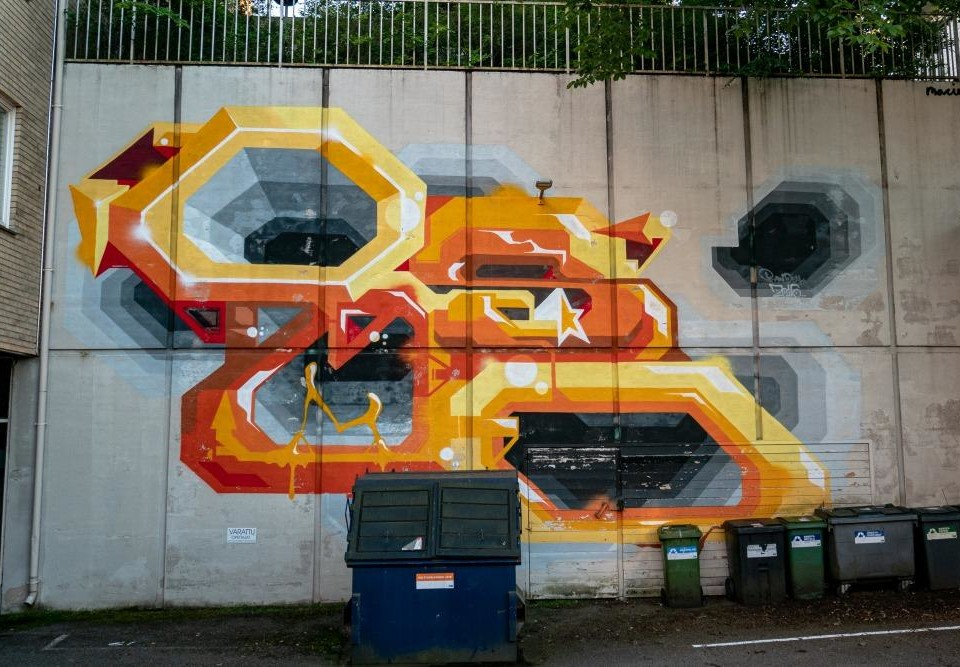 orange-gul väggmålning i gränd