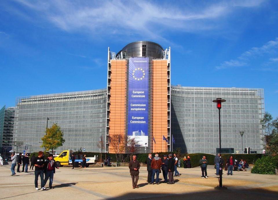 Byggnad med EU:s flagga på