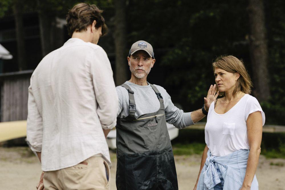 Man som regisserar en man och en kvinna.