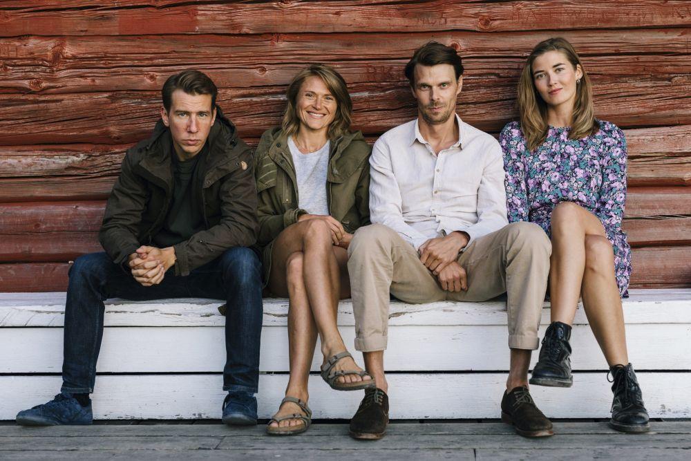 Fyra personer sitter på en bänk.