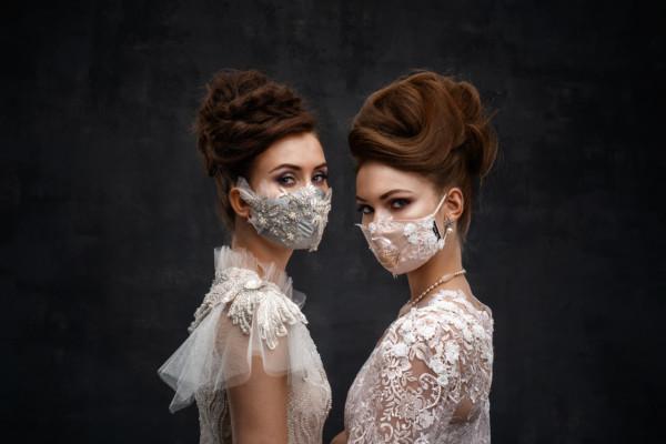 Två kvinnor med munskydd.