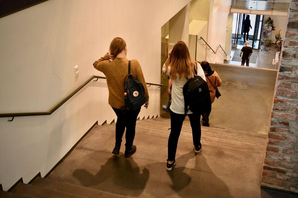 Två flickor går i en trappa
