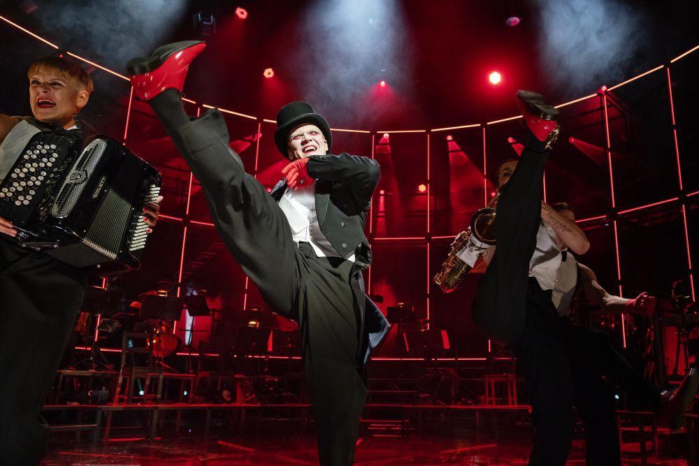 Dansande människor på en teaterscen