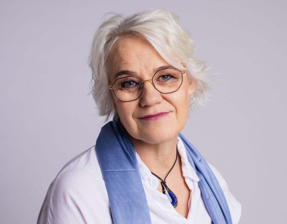 Ljus kvinna med glasögon.