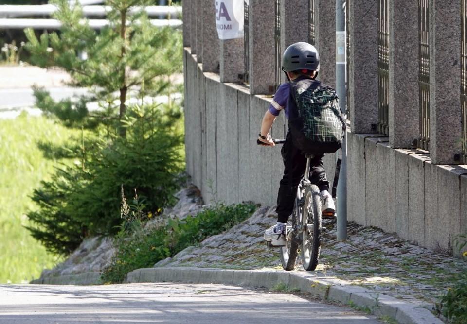 Yngre skolelever på cykel.