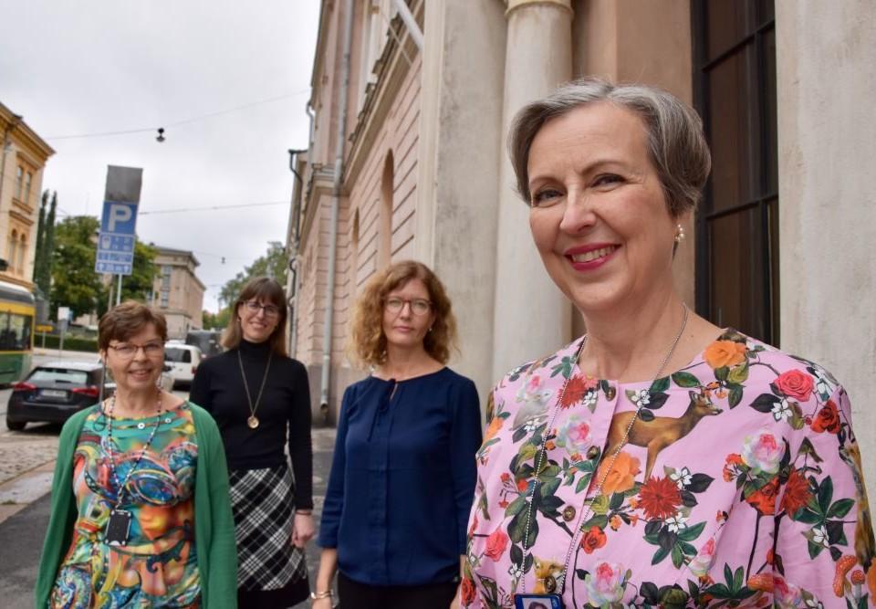 Fyra kvinnor på en gata.