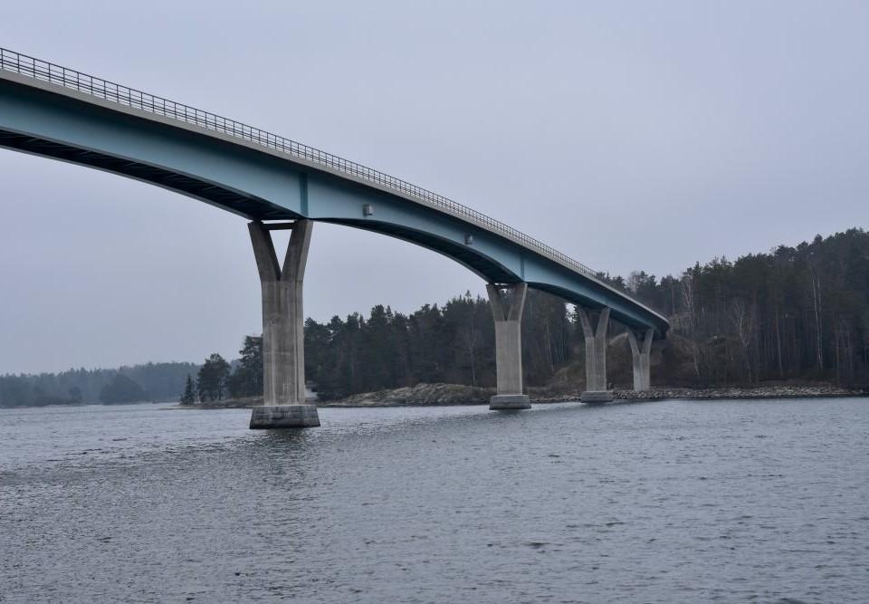 En bro över ett sund.