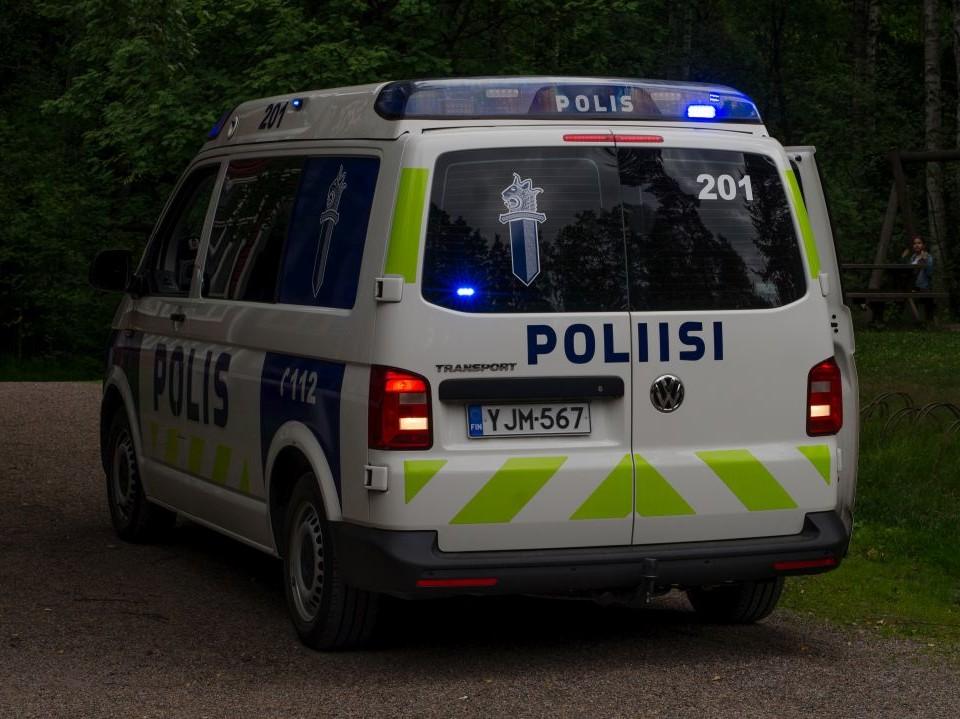 Polisbil i skymning.