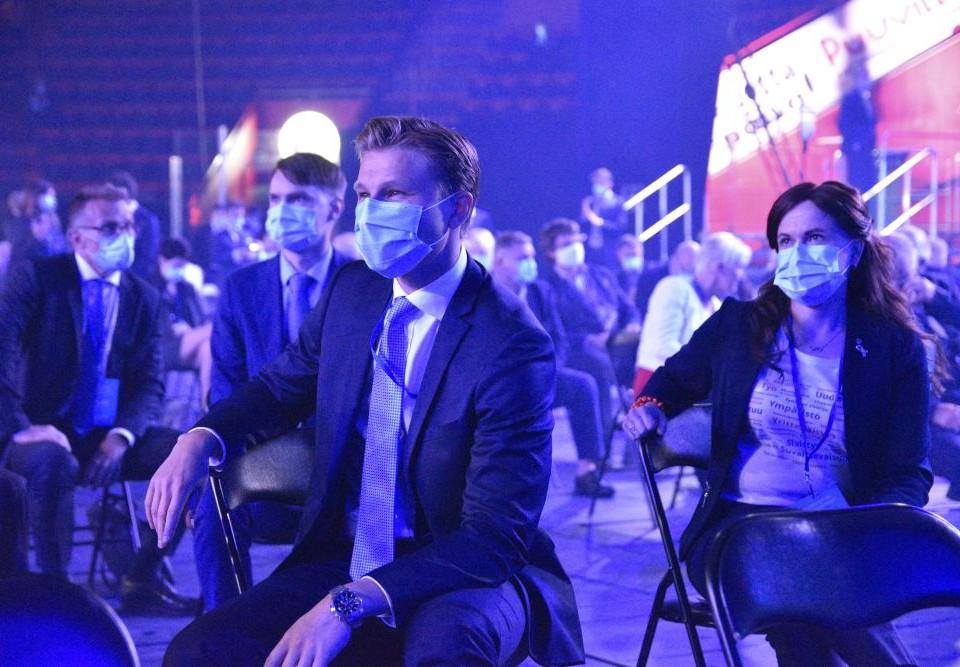Männsikor med munskydd i en sal.
