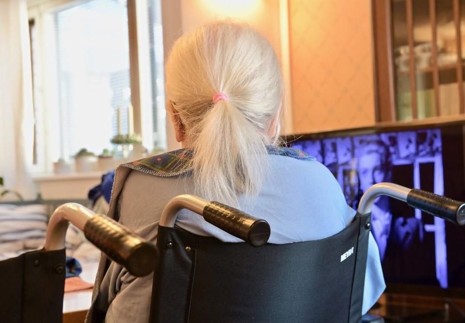 Kvinna som sitter i en rullstol.