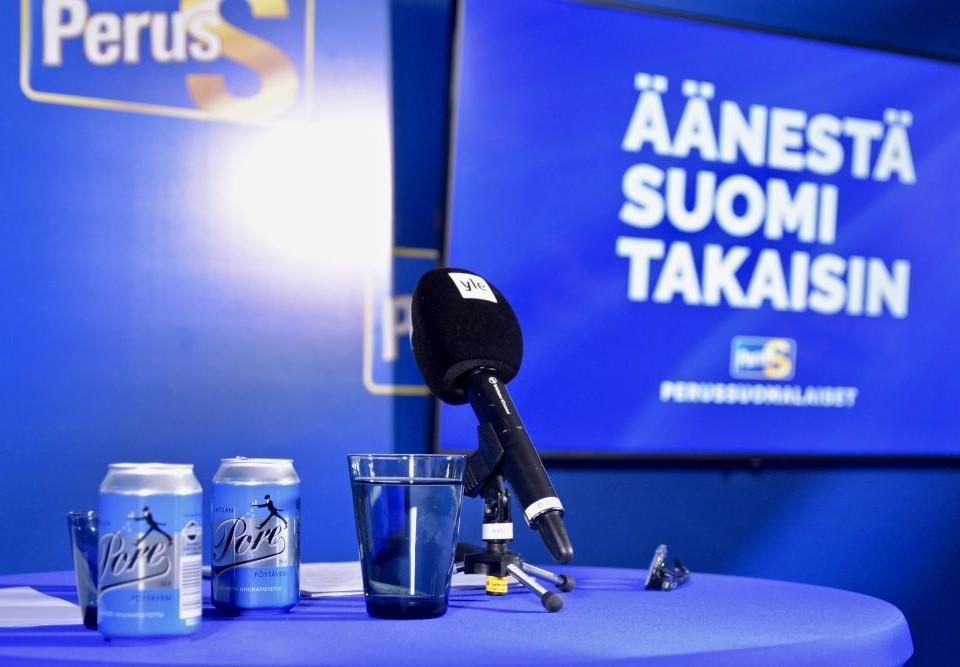 En mikrofon på ett bord i blått sken.