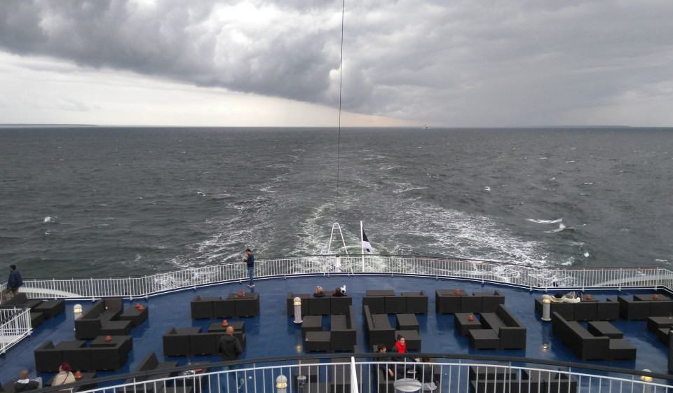 Ett fartygs akter med svallvågor bakom fartyget.