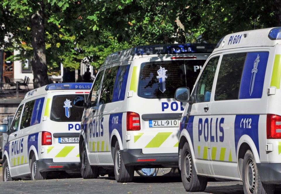 Några polisbilar i en rad.