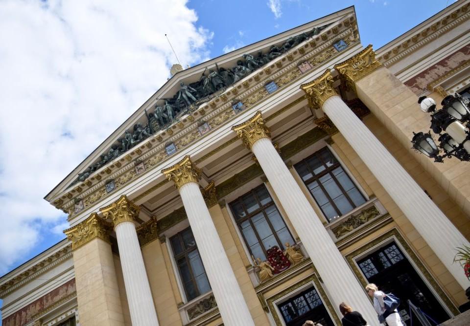 En stor byggnad med pelare.