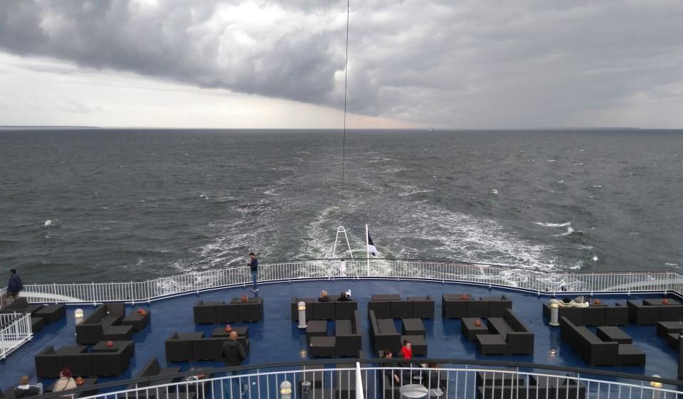 Ett fartygs akter och hav.