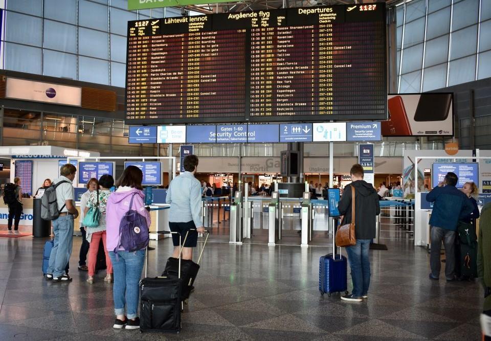 Människor på ett flygfält.