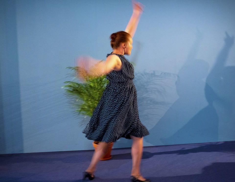 En kvinna som dansar på en scen.