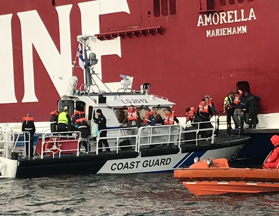 Sjöbevakningens fartyg vid sidan av ett stort passagerarfartyg.