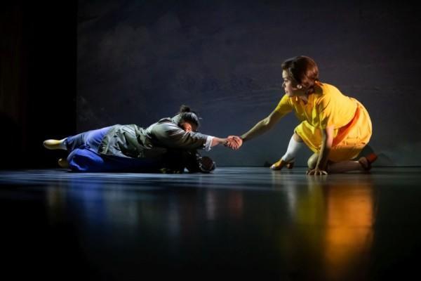två personer på en teaterscen
