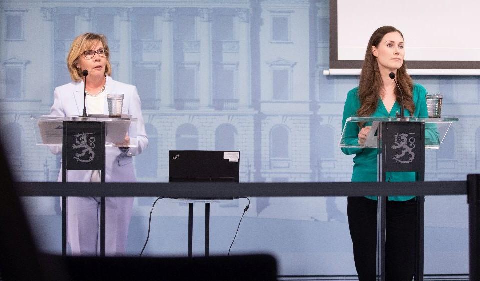 Två damer vid talarstolar