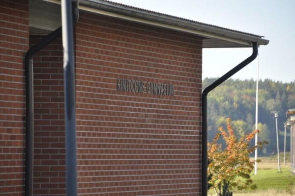 Vägg av skolbyggnad med texten Kimitoöns gymnasium