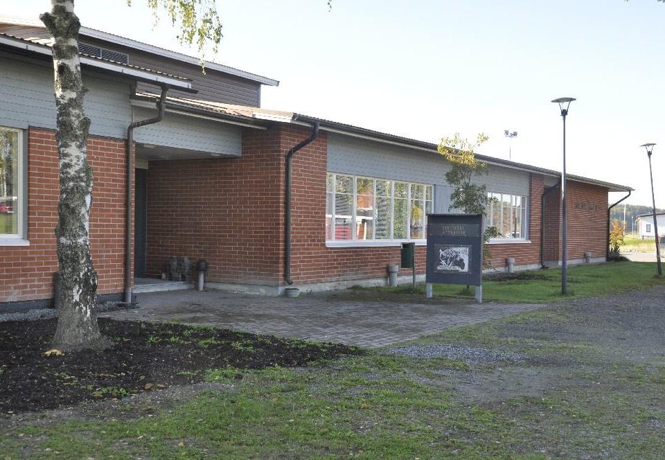 Låg skolbyggnad i tegel