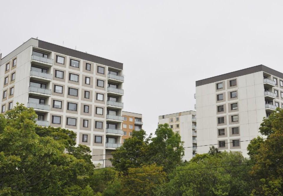 Fyra höghus på en kulle