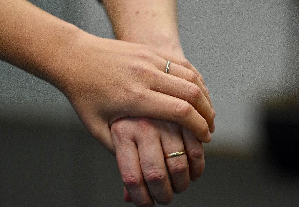 En hand håller om en annan persons hand.