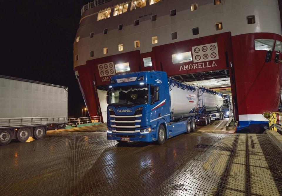 Långtradare kör av ett fartyg.