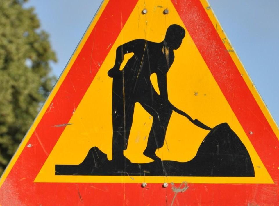 Ett trafikmärke med en man som gräver.