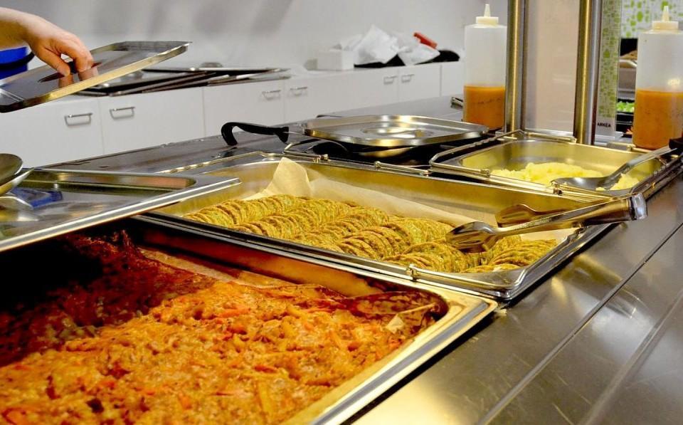 Mat i i en skolmatsal
