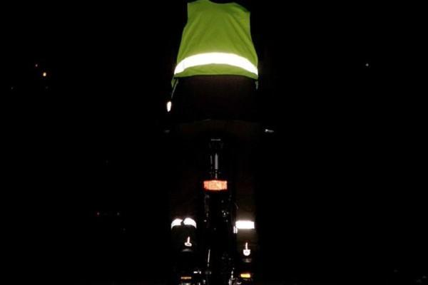 En cyklist i mörkret